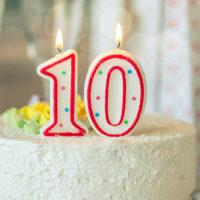 Geburtstagskerze als Nummer zehn 10 auf Geburtstagstorte