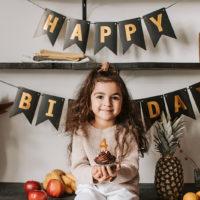 ein kleines Mädchen feiert 4. Geburtstag