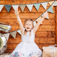 kleines Mädchen feiert ihren 5. Geburtstag