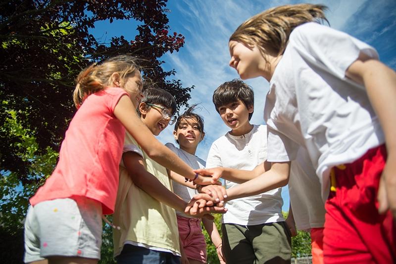 Gruppe von Kindern, die im Freien spielen