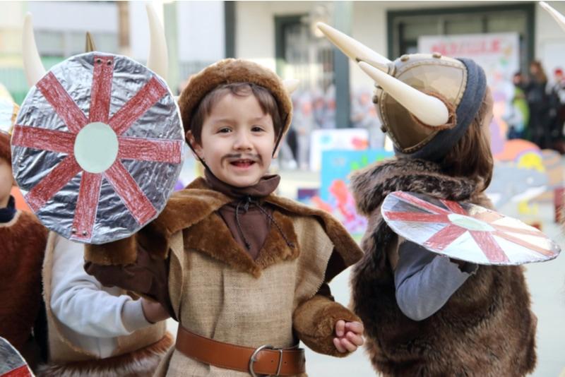 Kinder mit Wikingerkostümen in einer Show in der Schule