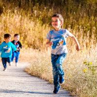 Kinder laufen auf Weg