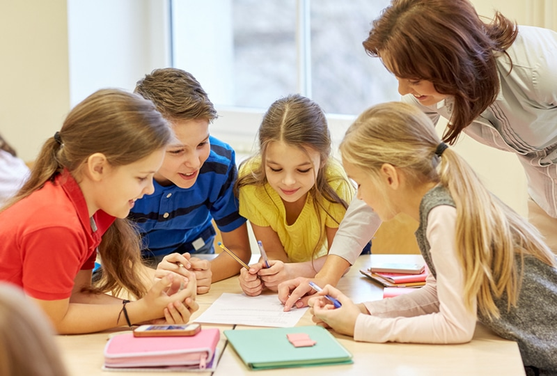 Lehrer erklärt den Schülern etwas im Klassenzimmer