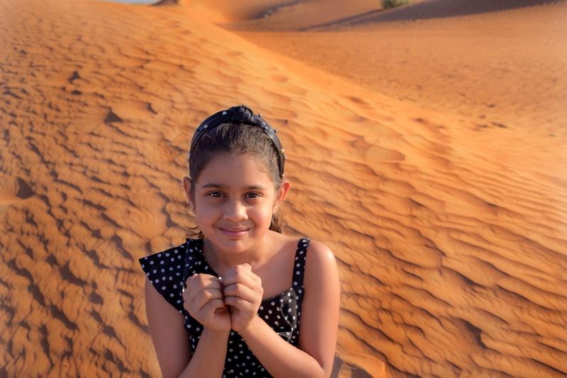 Mädchen genießt Urlaub in der Wüste