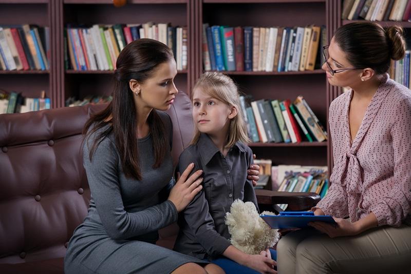 Mutter mit Tochter nach Rücksprache mit Therapeut