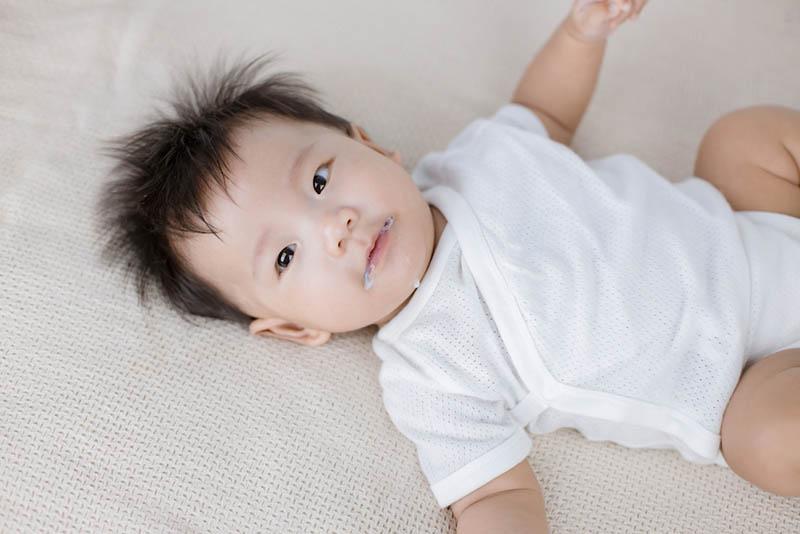 Säugling rülpst nach dem Essen von Milch