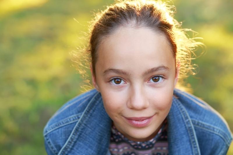 Schönes Teenagermädchen mit glücklichem Gesichtsausdruck