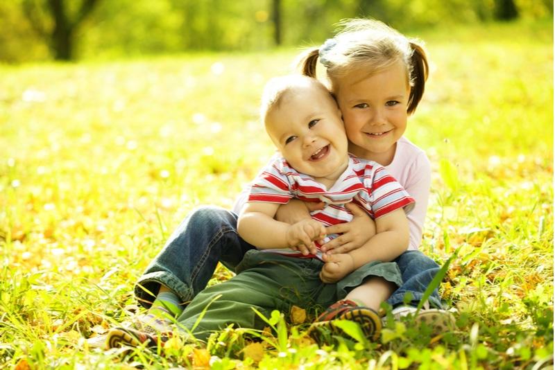 Süße Kinder spielen im Herbstpark