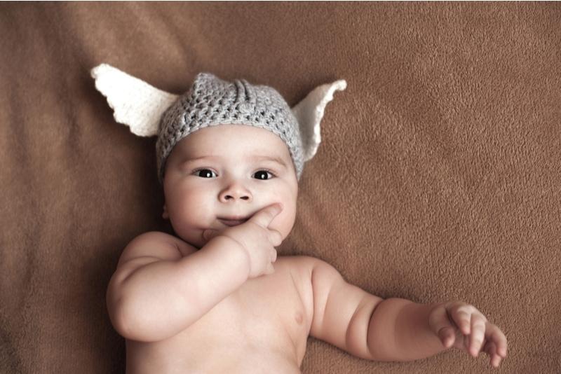 Süßes Baby mit gehäkelter Wikingermütze