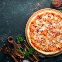 Traditionelle Pizza mit Thunfisch