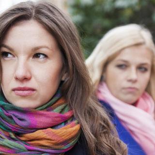 verärgerte Frau dreht Kopf von einer Freundin