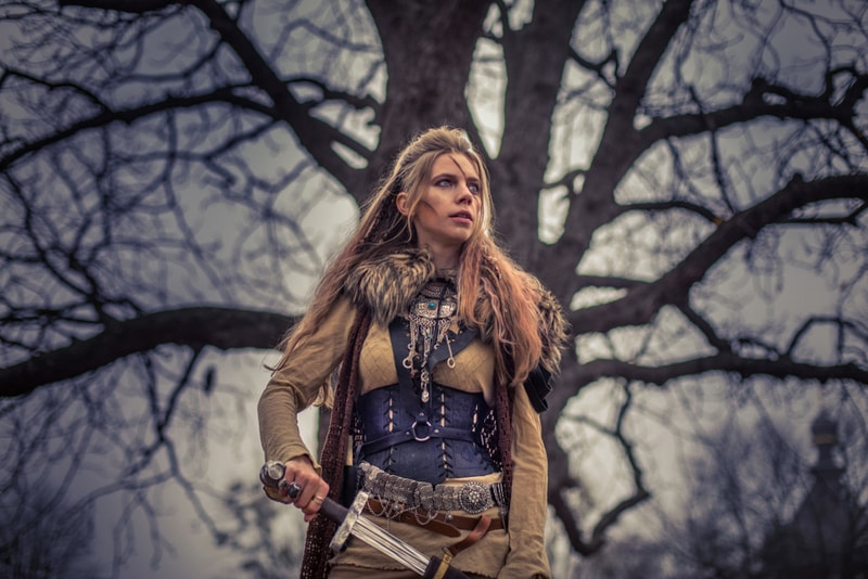 Wikingerfrau im mystischen Wald