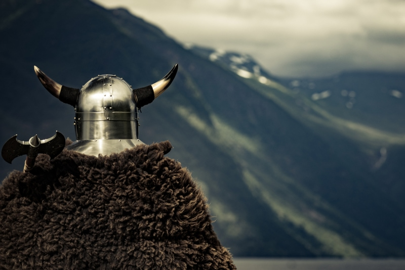 Wikingerkrieger mit Helm und Axt