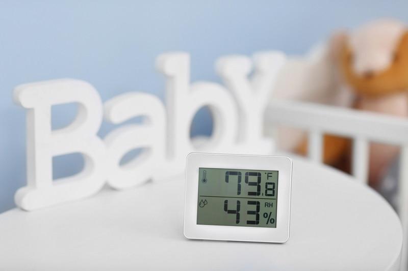 ein digitales Thermometer im Kinderzimmer