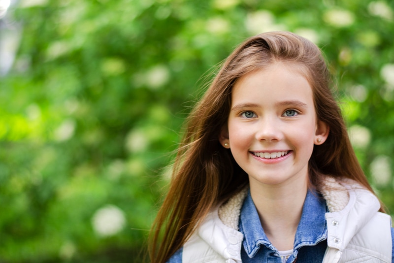 entzückend lächelndes kleines Mädchen im Park