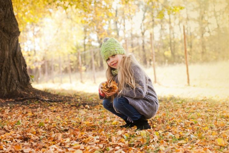 kleines Mädchen im Park im Herbst
