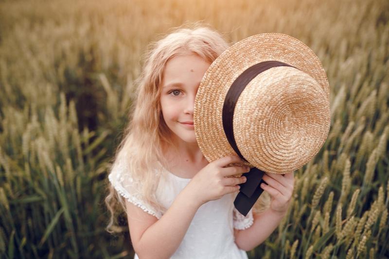 kleines Mädchen mit Strohhut