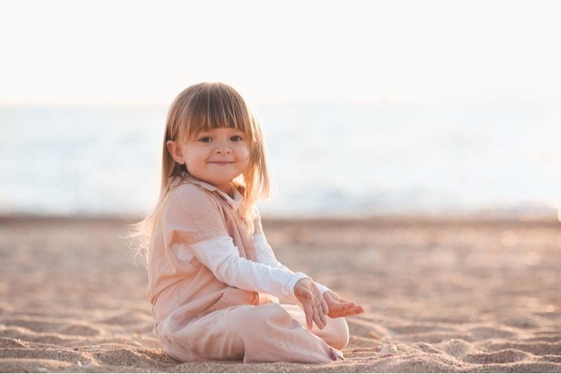 kleines Mädchen spielt mit Sand