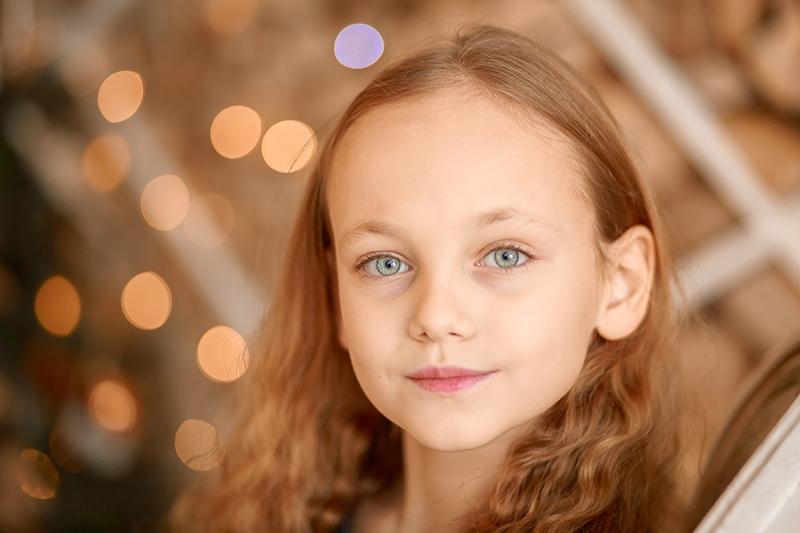kleines Mädchen mit blauen Augen und langen braunen Haaren