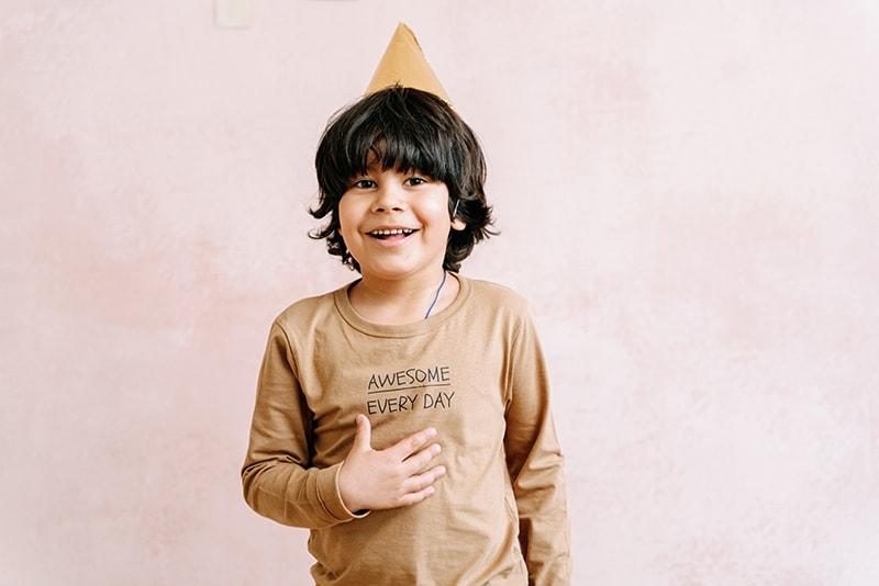lächelnder Junge mit Partyhut