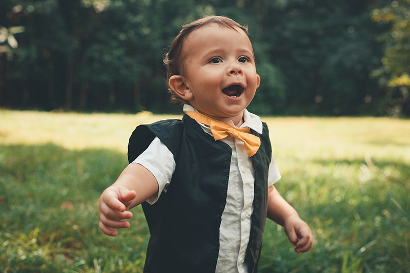 lächelndes Baby, das auf der Wiese läuft