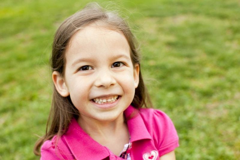 süßes kleines Mädchen draußen