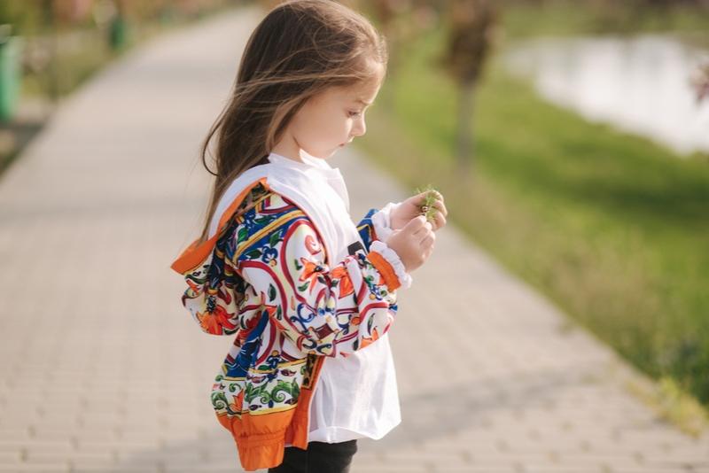 süßes kleines Mädchen geht an der frischen Luft
