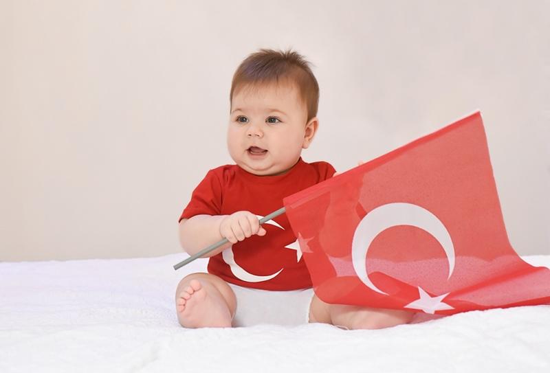 süßes Baby mit türkischem Flaggen-T-Shirt und türkischer Flagge