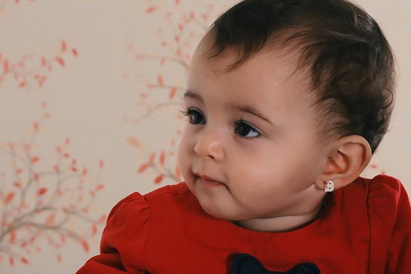 süßes kleines Mädchen mit rotem Pullover