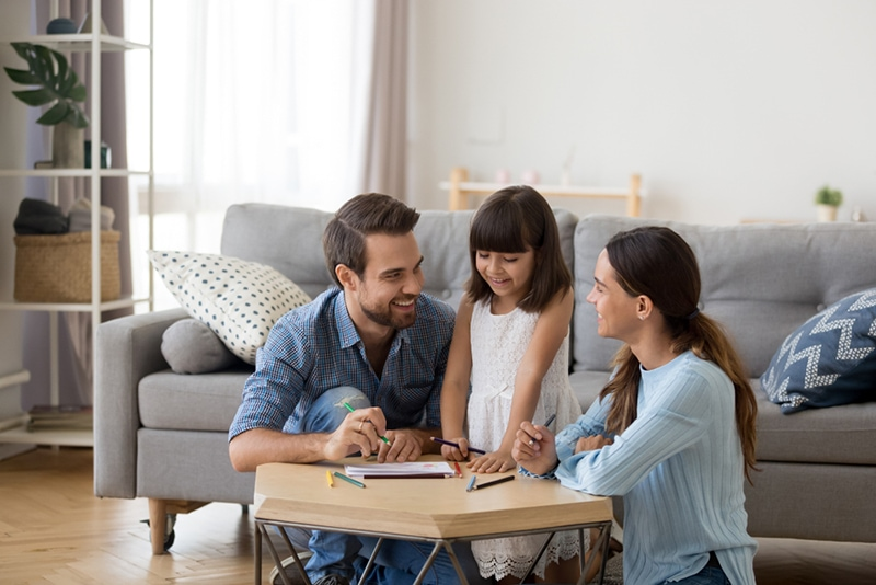 Eltern spielen mit seiner Tochter zu Hause