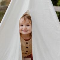 süßes kleines Mädchen im Zelt