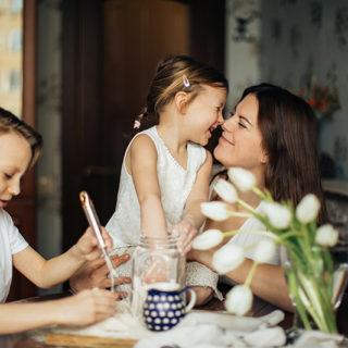 Mutter spielt mit ihren Kindern