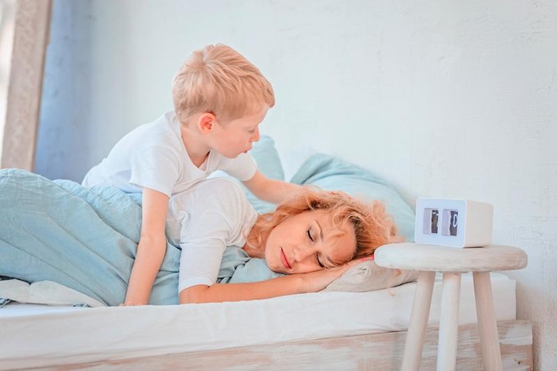 Sohn weckt frühmorgens schlafende Mutter