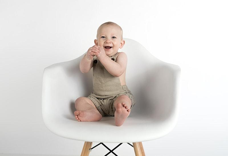 lächelndes Baby, das auf dem Stuhl sitzt