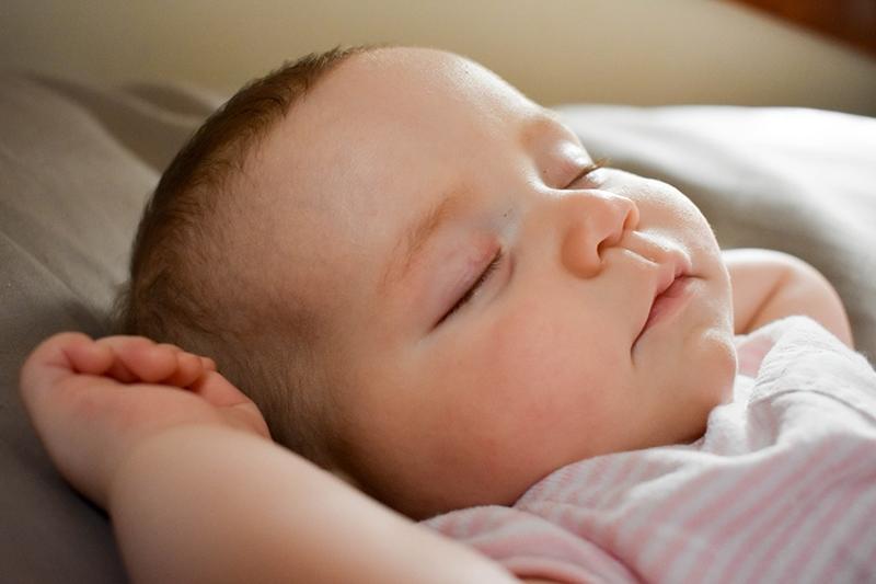 süßes Baby schläft im Bett